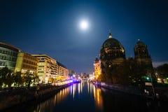 Berlin Cathedral et la fête la nuit, à Berlin, l'Allemagne Photos libres de droits