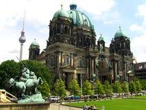 Berlin Cathedral, gehalten von der protestierenden Versammlung Stockbilder
