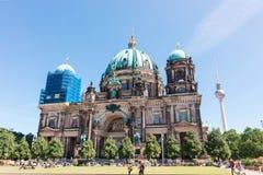 Berlin Cathedral lokaliseras på museumön i den Mitte staden Arkivfoton