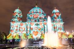 Berlin Cathedral lumineux avec la fontaine Photographie stock libre de droits