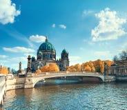 Berlin Cathedral med en bro över festfloden i höst royaltyfri foto