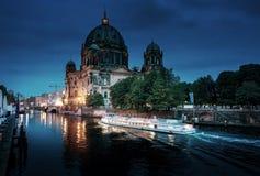Berlin Cathedral met excursieboot op Fuifrivier, Royalty-vrije Stock Afbeelding
