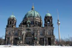 Berlin Cathedral met televisietoren op de achtergrond royalty-vrije stock afbeelding