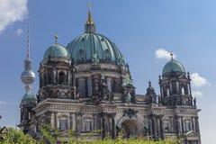 Berlin Cathedral mit Fernsehturm Lizenzfreie Stockfotos