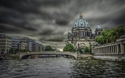 Berlin Cathedral na ilha de museu no centro Mitte da cidade imagens de stock