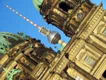 Berlin Cathedral och TVtorn arkivfoton
