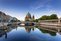 Berlin Cathedral reflekterade i festfloden Fotografering för Bildbyråer