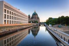 Berlin Cathedral reflekterade i festfloden Arkivfoto