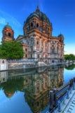 Berlin Cathedral reflekterade i festfloden Arkivbilder