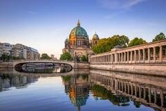 Berlin Cathedral reflekterade i festfloden Royaltyfri Bild