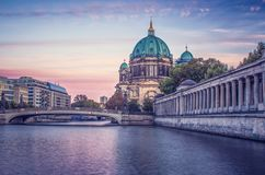 Berlin Cathedral sul fiume al tramonto immagine stock