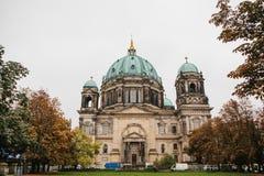 Berlin Cathedral wordt genoemd Berliner Dom De mooie oude bouw in de stijl van neoclassicism en barok met kruis stock foto