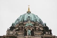 Berlin Cathedral wordt genoemd Berliner Dom De mooie oude bouw in de stijl van neoclassicism en barok met kruis royalty-vrije stock afbeeldingen