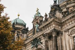Berlin Cathedral wordt genoemd Berliner Dom De mooie oude bouw in de stijl van neoclassicism en barok met kruis stock foto's