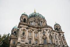 Berlin Cathedral wordt genoemd Berliner Dom De mooie oude bouw in de stijl van neoclassicism en barok met kruis stock fotografie
