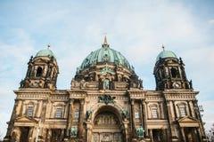 Berlin Cathedral wordt genoemd Berliner Dom De mooie oude bouw in de stijl van neoclassicism en barok met kruis royalty-vrije stock foto's