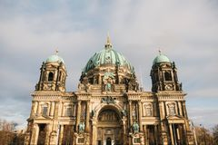 Berlin Cathedral wordt genoemd Berliner Dom De mooie oude bouw in de stijl van neoclassicism en barok met kruis royalty-vrije stock fotografie