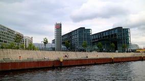Berlin Central Station _Thestartpunkt för en kryssning på festfloden till Berlin City royaltyfri bild