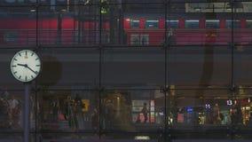 Berlin Central Station Train Departing vídeos de arquivo