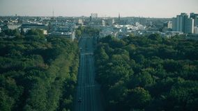 Berlin cityscape bak Tiergartenen parkerar, Tyskland lager videofilmer