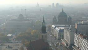 Berlin Cityscape Visión aérea en distrito del mitte con Berlin Cathedral Mañana brumosa almacen de metraje de vídeo