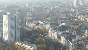 Berlin Cityscape Visión aérea en distrito del mitte con la estación y el ferrocarril de tren Mañana brumosa metrajes