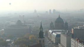 Berlin Cityscape Vista aerea nel distretto del mitte con Berlin Cathedral Mattina nebbiosa stock footage