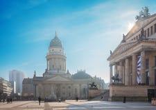 Berlin - de kyrkliga Deutscher Domna och minnesmärken av Friedrich Schiller på den Gendarmenmarkt fyrkanten Arkivbild