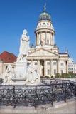 Berlin - de kyrkliga Franzosische Domna och minnesmärken av Friedrich Schiller på den Gendarmenmarkt fyrkanten Royaltyfria Bilder