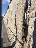 Berlin de marche et de visite le falt de mur vers le bas en 1989 photographie stock libre de droits
