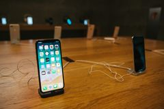 Berlin December 14, 2017: presentation av iPhonen X i det officiella Apple lagret i Berlin Modern Frameless iPhone X Royaltyfri Foto