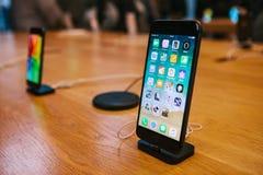 Berlin December 14, 2017: presentation av iPhonen 8 och iPhonen 8 plus i det officiella Apple lagret i Berlin Det nytt Arkivfoton