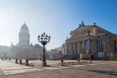 Berlin - den Konzerthaus byggnaden och minnesmärken av Friedrich Schiller och tyskdom på den Gendarmenmarkt fyrkanten Royaltyfria Foton