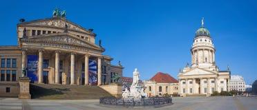 Berlin - den Konzerthaus byggnaden och minnesmärken av Friedrich Schiller på den Gendarmenmarkt fyrkanten Royaltyfri Fotografi