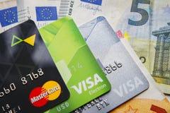 Berlin, Deutschland - 29. August 2017: Plastikkreditkarte MasterCard und Visum auf Eurobanknotenhintergrund Haus mit Reflexion Stockfotos