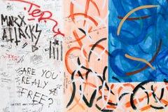 BERLIN, DEUTSCHLAND/CIRCA im Oktober 2013 - Graffiti gesehen auf der Berliner Mauer Lizenzfreie Stockbilder