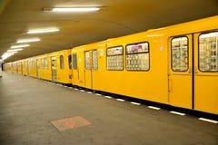 Berlin, Deutschland Der Zug kostet an der Station der Hanzaplatz-U-Bahn Stockfoto