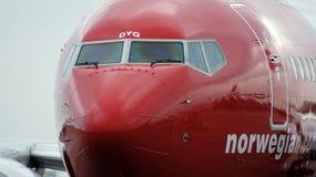 BERLIN, DEUTSCHLAND - 17. Januar 2015: Flugzeug Norweger-Boeings 737, das zu dem Tor in Berlin Schonefeld-Flughafen SXF kommt Stockfoto