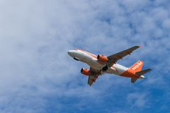 BERLIN, DEUTSCHLAND - 7. JULI 2018: Nehmen easyJet Airbusses A319-111 von Lizenzfreie Stockfotos