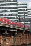 Berlin, Deutschland, am 13. Juni 2018 Der Zug überschreitet über die Flussbrücke In den modernen Geb?uden des Hintergrundes lizenzfreie stockfotografie