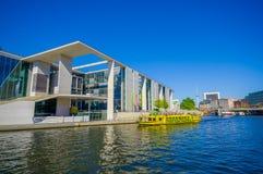 BERLIN, DEUTSCHLAND - 6. JUNI 2015: Gelbes Boot kommt zu einem modernen Bau auf dem Fluss in Berlin, Marie Elisabeth an Lizenzfreie Stockbilder