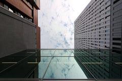 Berlin, Deutschland, am 13. Juni 2018 Moderne Gebäude des neuen Berlins Der Himmel wird in einem Fenster widergespiegelt lizenzfreies stockfoto