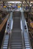 Berlin, Deutschland, 23. kann, 2018 Ansicht der Rolltreppen in der enormen Halle des Hauptbahnhofs fotografierte von einem Höhepu stockbilder