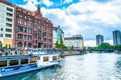 Berlin, Deutschland - 25. Mai 2015: Damm des Flusses in Berlin mit dem touristischen Schiff Lizenzfreies Stockbild