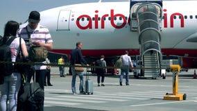 BERLIN, DEUTSCHLAND - MAI, 18, 2017 Passagiere, die Air Berlin-Passagierflugzeug am Flughafen verschalen lizenzfreie stockfotografie