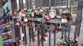 Berlin, Deutschland - 22. November 2018: Viele Verschlüsse auf der Seite eines Betonblocks Teil der Berliner Mauer stock footage