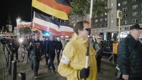 BERLIN, DEUTSCHLAND - Oktober 2018: Die Demonstration mit den Flaggen der deutschen Republik und der Drittes Reich Neonazis herei stock video