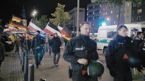 BERLIN, DEUTSCHLAND - Oktober 2018: Die Demonstration mit den Flaggen der deutschen Republik und der Drittes Reich Neonazis herei stock video footage