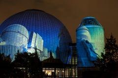 BERLIN, DEUTSCHLAND, AM 9. OKTOBER 2013: Berlin Light Art Festival auf Planetarium, Zeiss-Großplanetarium Lizenzfreie Stockfotos