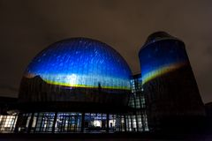 BERLIN, DEUTSCHLAND, AM 9. OKTOBER 2013: Berlin Light Art Festival auf Planetarium, Zeiss-Großplanetarium Stockbilder